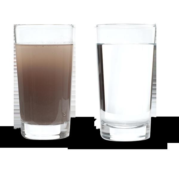 Grand verre d'eau claire et verre d'eau sale : en cas de fuite utilisez le super absorbant naturel écologique Neobab